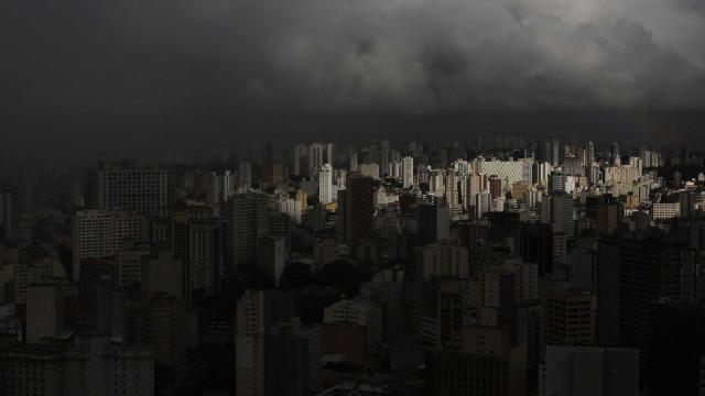 Chuva forte derruba árvores, alaga ruas e trava trânsito em São Paulo