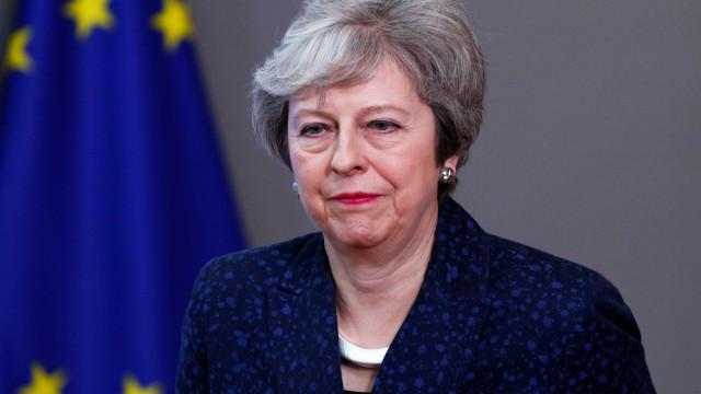 Parlamento britânico continua negociações e poupa May a nova derrota