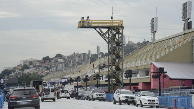 Bombeiros liberam sambódromo do Rio para desfiles