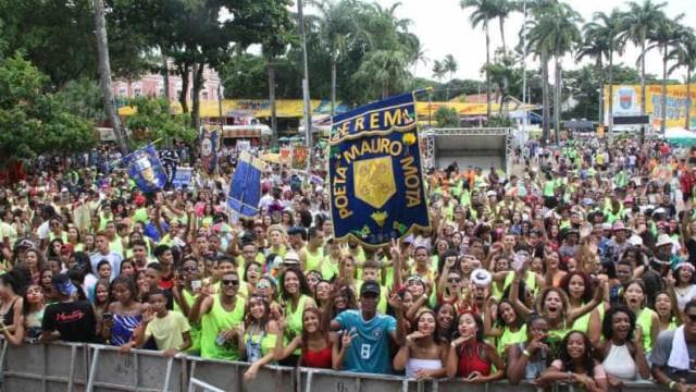 Bloco dos Estandartes arrasta centenas de estudantes em Olinda