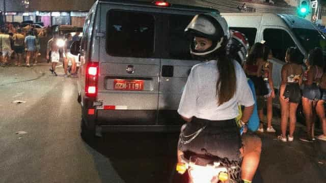 Bruna Marquezine volta para hotel de mototáxi: 'Único jeito de chegar'