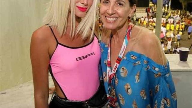 Bruna Marquezine surge platinada em camarote em Salvador
