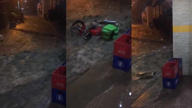 Água desce a Rocinha com força e arrasta até moto durante temporal