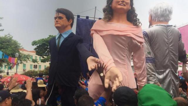 Bonecão de Bolsonaro é hostilizado em Olinda