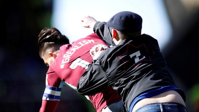 Jogador é agredido por torcedor, mas marca gol em clássico inglês