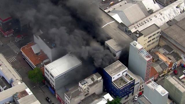 Incêndio atinge imóvel comercial no Centro de São Paulo