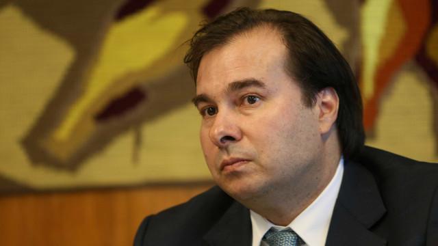 Flexibilização do porte de arma é 'barbárie', diz Rodrigo Maia