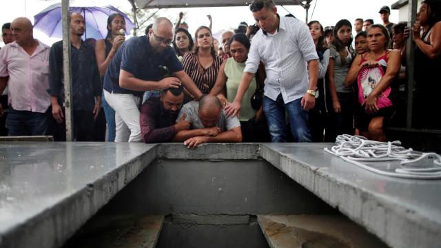 Sob aplausos, corpo de coordenadora escolar é enterrado em Suzano