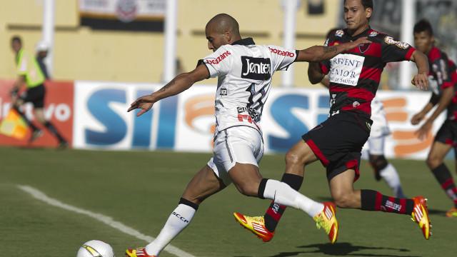 Corinthians vence, garante classificação e ajuda São Paulo