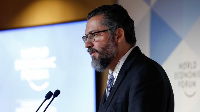Após aceno de Bolsonaro, ministro diz que não cogita diálogo com Maduro