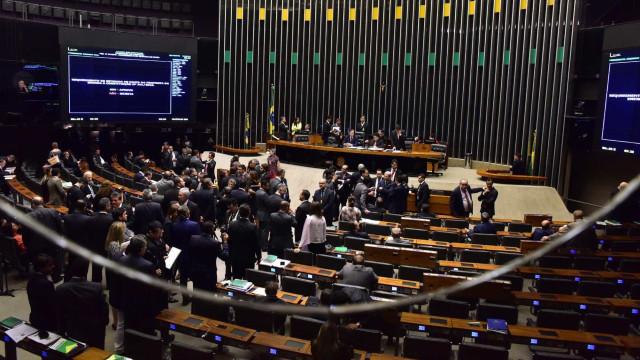 Incluir reestruturação da carreira de militar irrita parlamentares