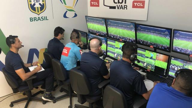 Estreia do VAR teve polêmica, gol anulado e pênalti marcado