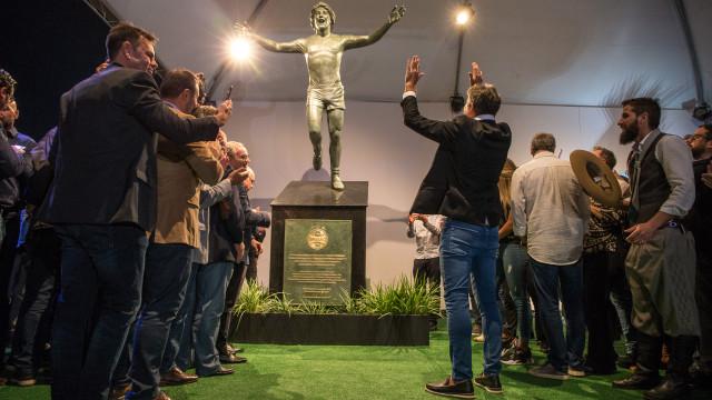Grêmio inaugura estátua de Renato em clima de jogo na Arena