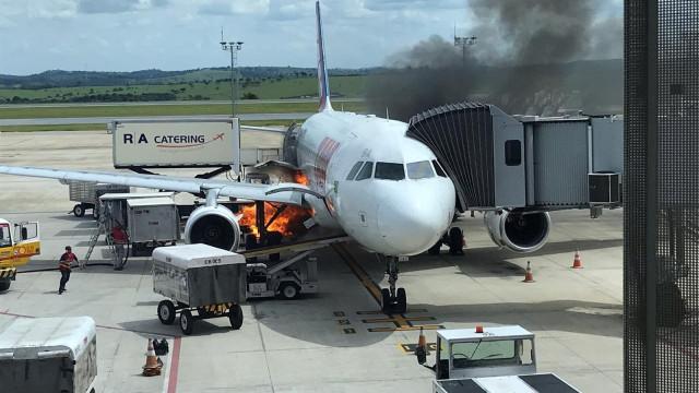 Esteira de bagagem da Latam pega fogo ao lado de aeronave em Confins