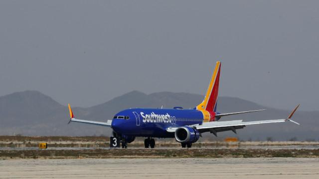 Boeing 737 MAX 8 faz pouso de emergência na Flórida