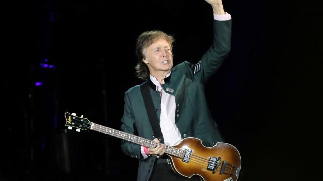 Paul McCartney levanta público de São Paulo com hinos do rock