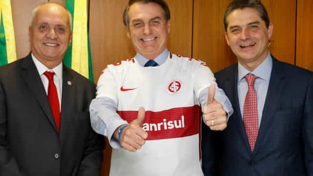 Bolsonaro ganha camisa do Inter, e colorados se dividem na internet