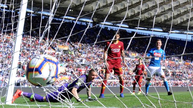 Napoli goleia a Roma e não desiste de brigar pelo título do Italiano