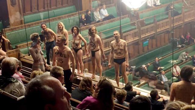 Ambientalistas ficam seminus em protesto no Parlamento britânico