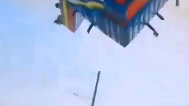 Duas crianças morrem após tornado 'levar' brinquedo de parque; vídeo