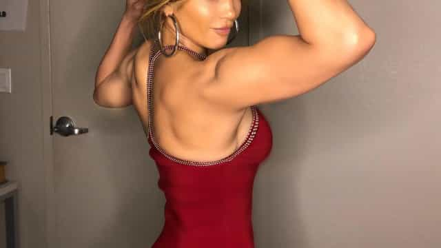 Jennifer Lopez impressiona fãs ao mostrar barriga trincada