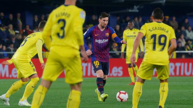 Em jogo de 8 gols, Barça se salva com gols de Messi e Suárez no fim