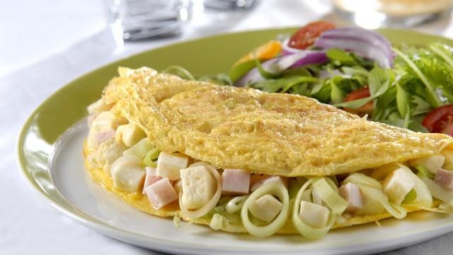 Bateu a fome? Faça omelete de queijo minas com alho-poró