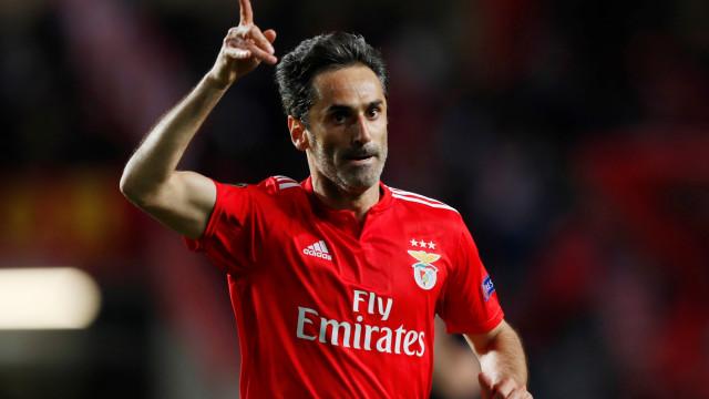 Após derrota do Benfica, Jonas bate boca com torcedores do Sporting