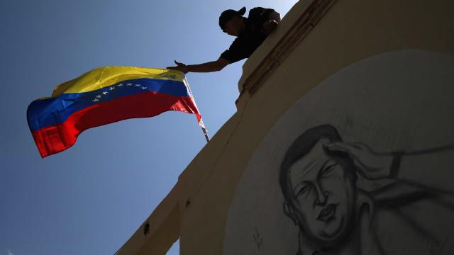 Oposição e simpatizantes do Maduro voltam no sábado às ruas de Caracas
