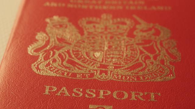 Reino Unido começa a emitir passaportes sem nome da UE