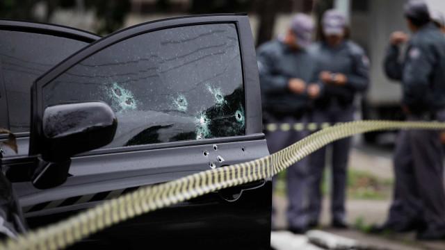 Mulher morre ao volante, vítima de bala perdida, no Rio