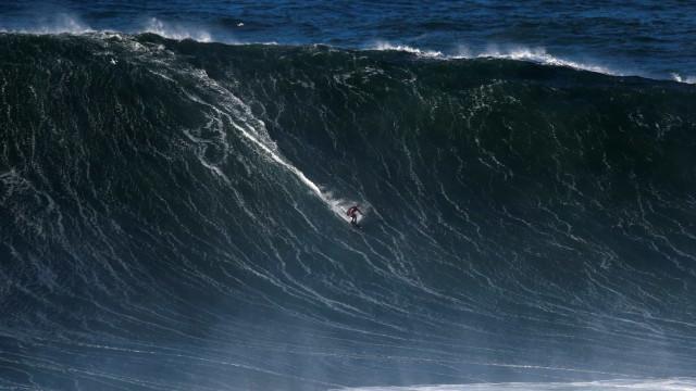 Pedro Scooby é socorrido após queda em onda gigante em Portugal