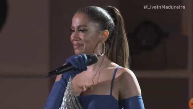 Após faringite, Anitta chora no palco em show gratuito em Madureira