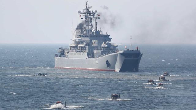 Incêndio atinge 'navio amaldiçoado' da Marinha russa