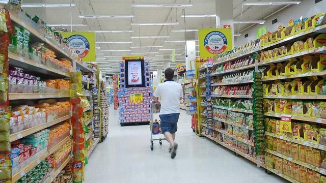 Intenção de consumo das famílias sobe em fevereiro, diz CNC