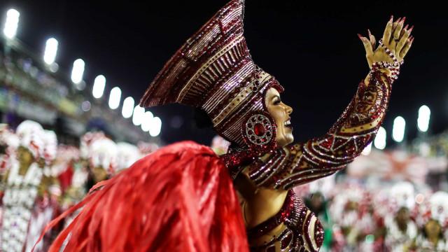 Portela e Viradouro levantam plateia na 1ª noite de desfiles no Rio