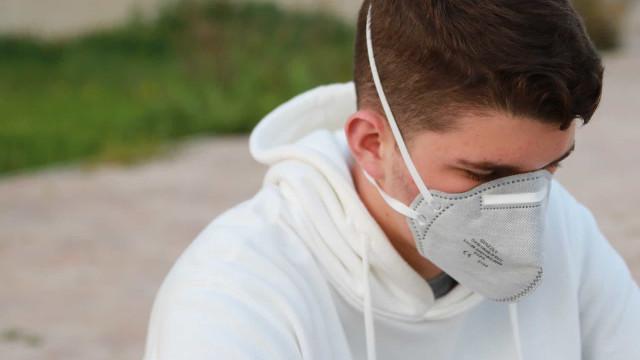 Risco de complicações por coronavírus aumenta aos 50 anos, diz estudo