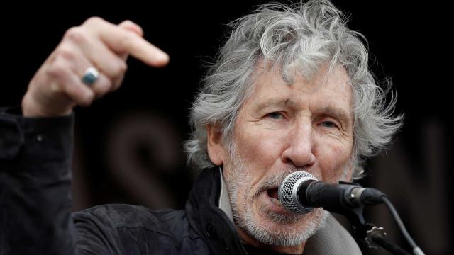 Roger Waters critica Bolsonaro e cospe ao falar nome dele em música