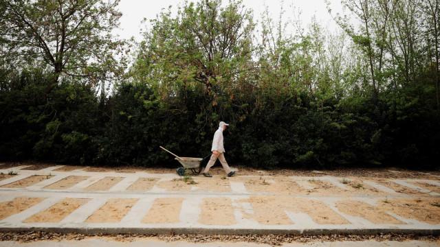 No Rio, enterros ficaram mais rápidos e sem abraços