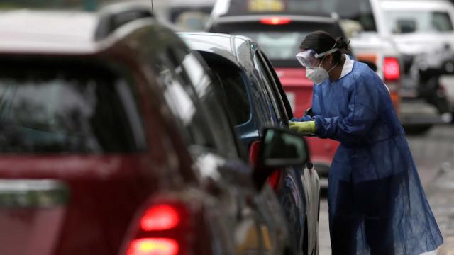 Governo quer elevar testes para 50 mil ao dia com 'drive-thru'
