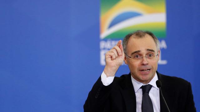 Durante posse, Mendonça dá recados a antecessor e elogia presidente