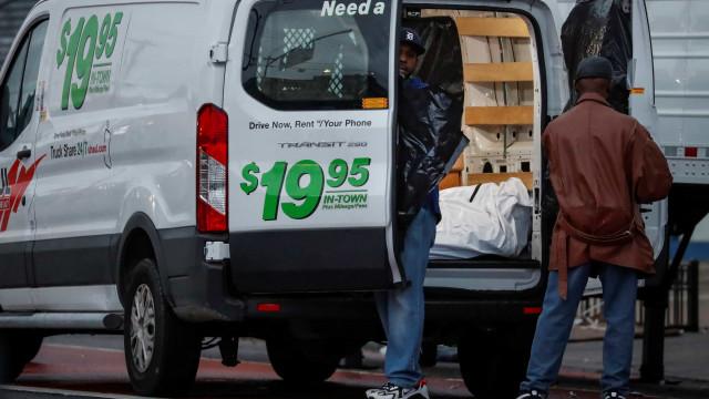 60 corpos em decomposição são encontrados dentro de vans nos EUA