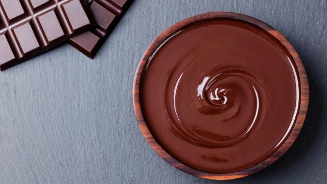Receita para o feriadão em casa? Mousse de chocolate sempre cai bem