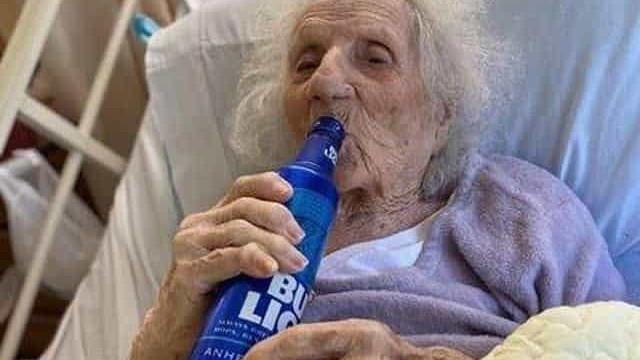 Mulher de 103 anos vence a Covid-19 e celebra com cerveja