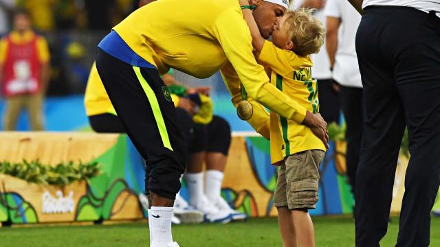 """Neymar leva 'bronca' do filho: """"Meu pai só fala m*rda"""""""