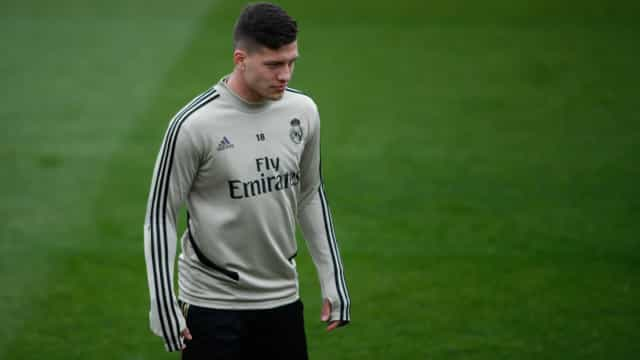 Jovic, do Real Madrid, reúne amigos para churrasco e causa polêmica