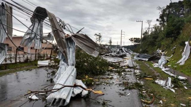 Bolsonaro sobrevoa áreas afetadas por ciclone em SC