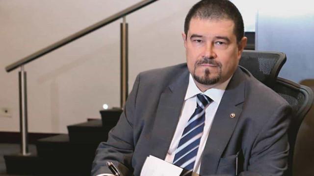 Um engenheiro no papel de 'juiz durão' do caso Queiroz