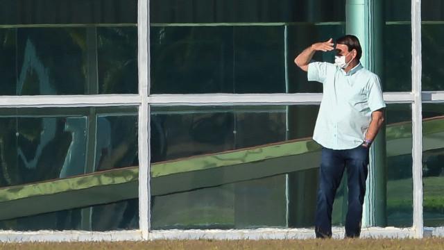 Bolsonaro volta a testar positivo ao novo coronavírus