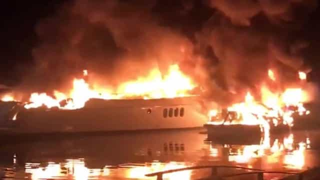 Lanchas pegam fogo em condomínio de luxo de Angra